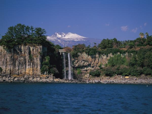 Keindahan Air Terjun Jeongbang Yang Menentramkan Hati